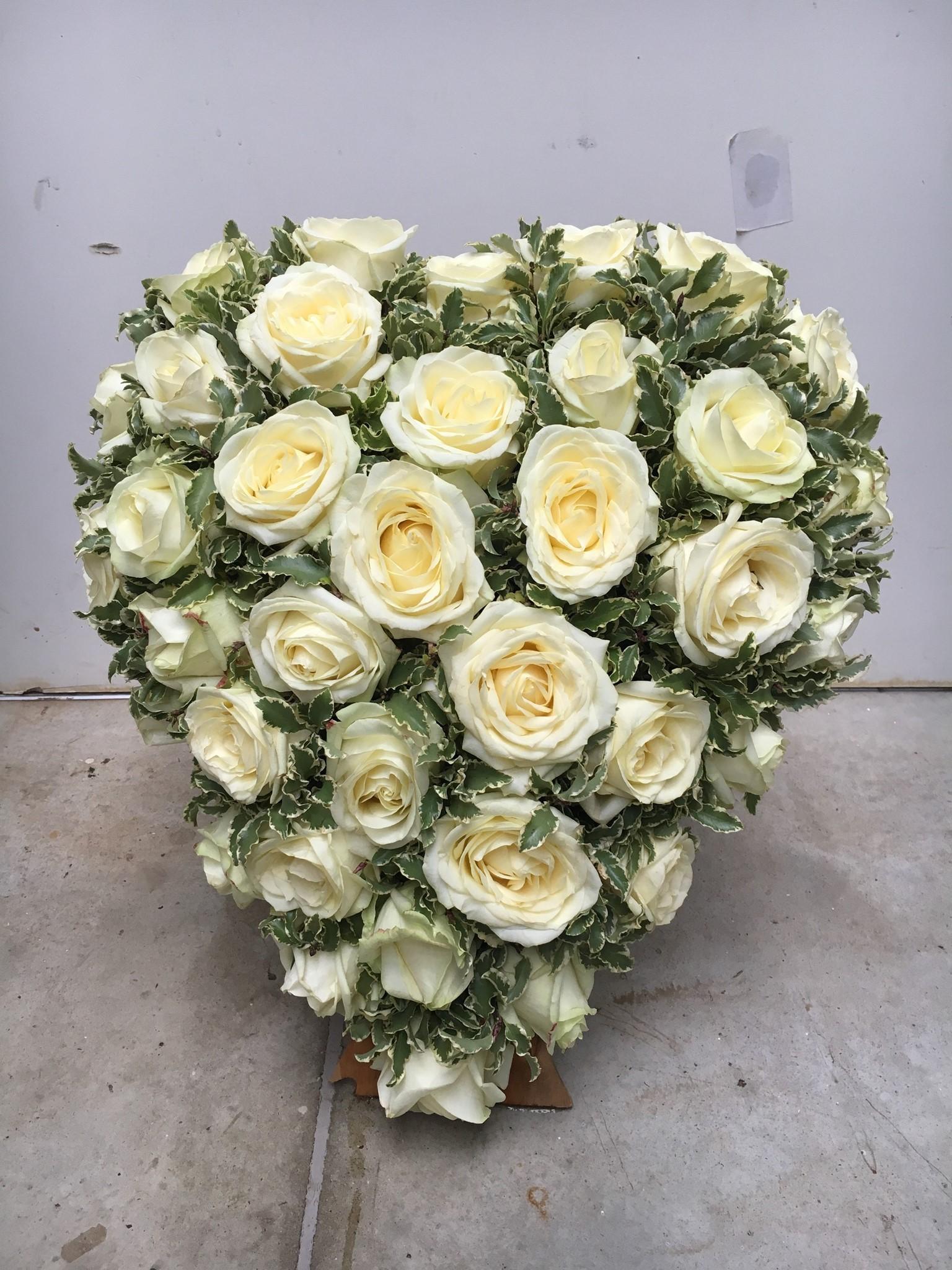 herz mit weißen rosen  tf140  hochzeitsfloristik